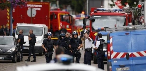 Policiais e bombeiros chegam à igreja Saint-Étienne-du-Rouvray, em Normandia