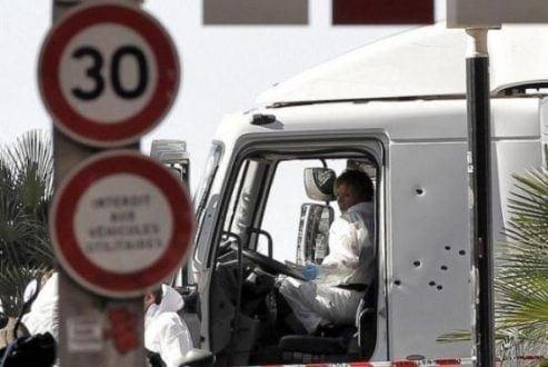 Policiais investigam a cabine do motorista do caminhão que se jogou sobre uma multidão de pessoas que comemoravam a data nacional da França, em Nice