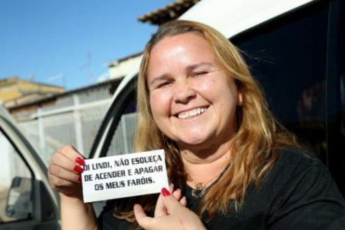Lindi Silva fez adesivos para lembrar de acender e apagar o farol de seu carro. A partir do próximo dia 8 de julho, o uso do farol baixo durante o dia será obrigatório em todas as rodovias Wilson Dias/Agência Brasil