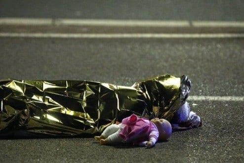 Caminhão atropela dezenas de pessoas durante festejo no sul da França