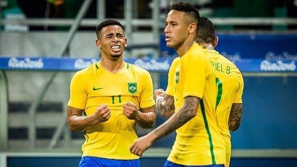 Jogadores do Brasil comemoram gol sobre a Dinamarca