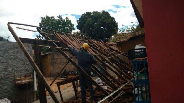 Montes Claros - Quatro pessoas ficam feridas após telhado desabar no bairro Planalto