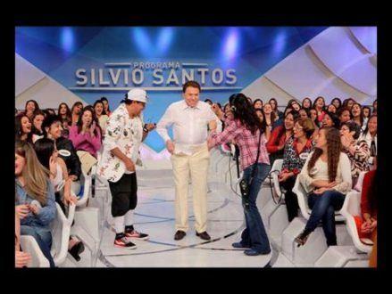 Silvio Santos tira a calça no palco de seu programa
