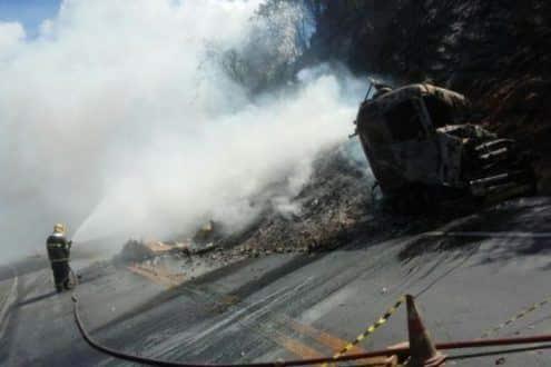 Norte de Minas - Bombeiros combatem incêndio em batida de frontal de carretas em Salinas