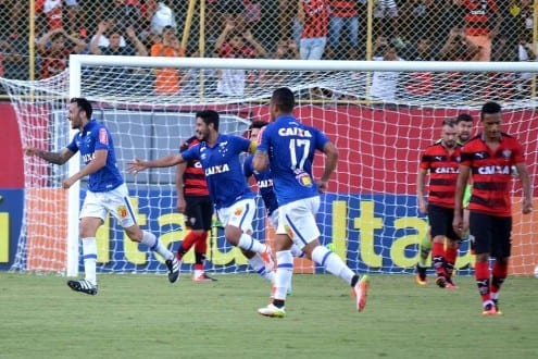 Ariel e jogadores do Cruzeiro comemoram o gol marcado contra o Vitória, em Salvador