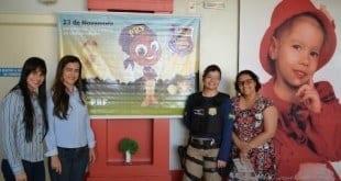 As policiais Heloísa Menezes e Willioar Albuquerque (à direta na foto) em visita à Fundação Sara, no bairro Canelas II