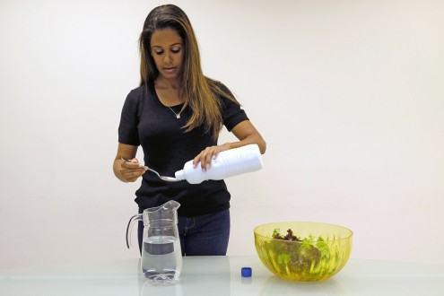 Verduras, frutas e legumes. Coloque numa bacia plástica água misturada com águia sanitária, na proporção de 1 colher das de sopa (15 ml) de água sanitária para cada litro de água.