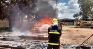 Montes Claros - Incêndio destrói carrocerias e ameaça galpões no bairro Regina Perez
