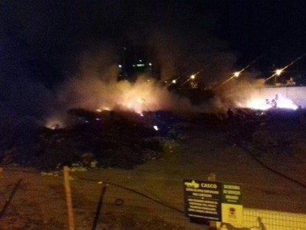 """Montes Claros - Incêndio em um """"bota-fora""""da prefeitura coloca em risco o prédio da  AMANS"""