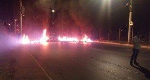 Montes Claros - Manifestantes colocam fogo em pneus próximo ao trevo da Coca-Cola em Montes Claros - Foto: Corpo de Bombeiros