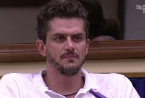 Ele foi excluído do programa após uma delegada constatar indícios que o médico teria agredido seu affair na casa, a estudante Emilly