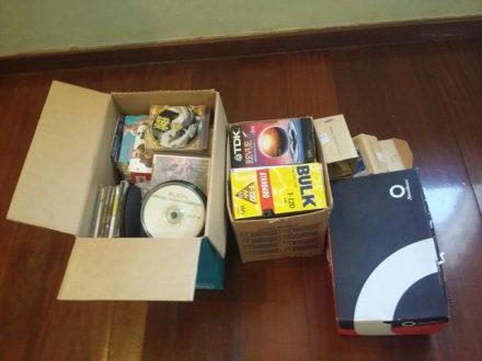 Foram apreendidas fitas e DVDs com conteúdos pornográficos (Foto: Polícia Civil/Divulgação)