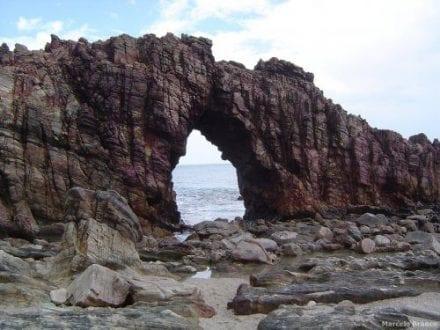 Água mole em pedra dura tanto bate até que fura