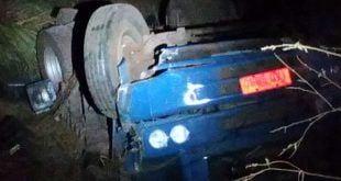 Montes Claros - Caminhão cai em ribanceira em Montes Claros