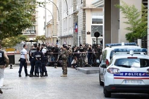 Europa - Carro atropela soldados em subúrbio de Paris e deixa seis feridos
