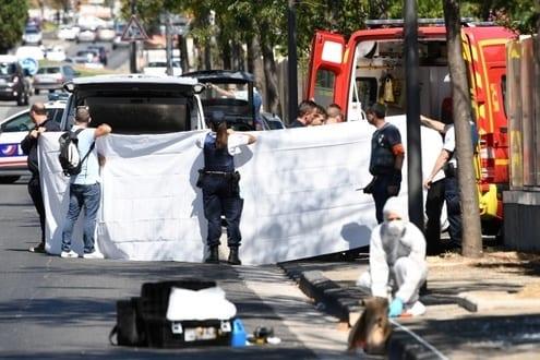 Veículo avança contra ponto de ônibus e mata uma pessoa em Marselha