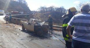 Montes Claros - Carro pega fogo em engavetamento com quatro veículos - Foto: Corpo de Bombeiros