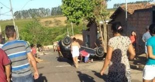 Mulher teria perdido o controle do veículo e capotado