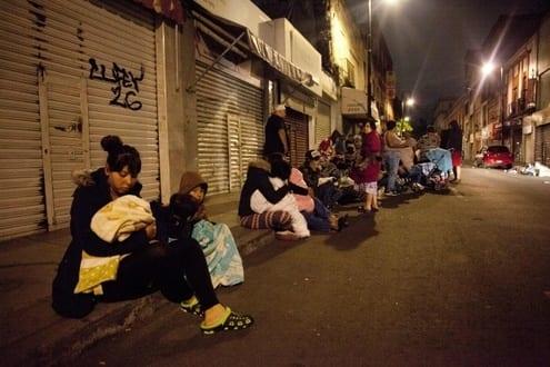 As pessoas se reúnem em uma rua no centro da Cidade do México durante terremoto