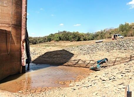 Em estado de restrição, rio Juramento, em Montes Claros, está muito abaixo do ideal