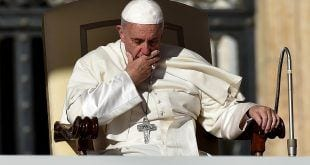 Durante sua audiência semanal ante milhares de fiéis reunidos na Praça de São Pedro no Vaticano, o pontífice reforçou: 'Por favor! A missa não é um espetáculo'