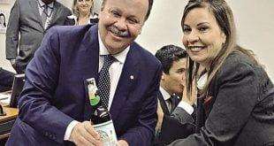 TÍTULO – O relator Antônio Goulart e Raquel Muniz, autora do texto, comemoram aprovação de projeto