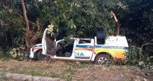A viatura saiu da rodovia e bateu de frente em uma árvore