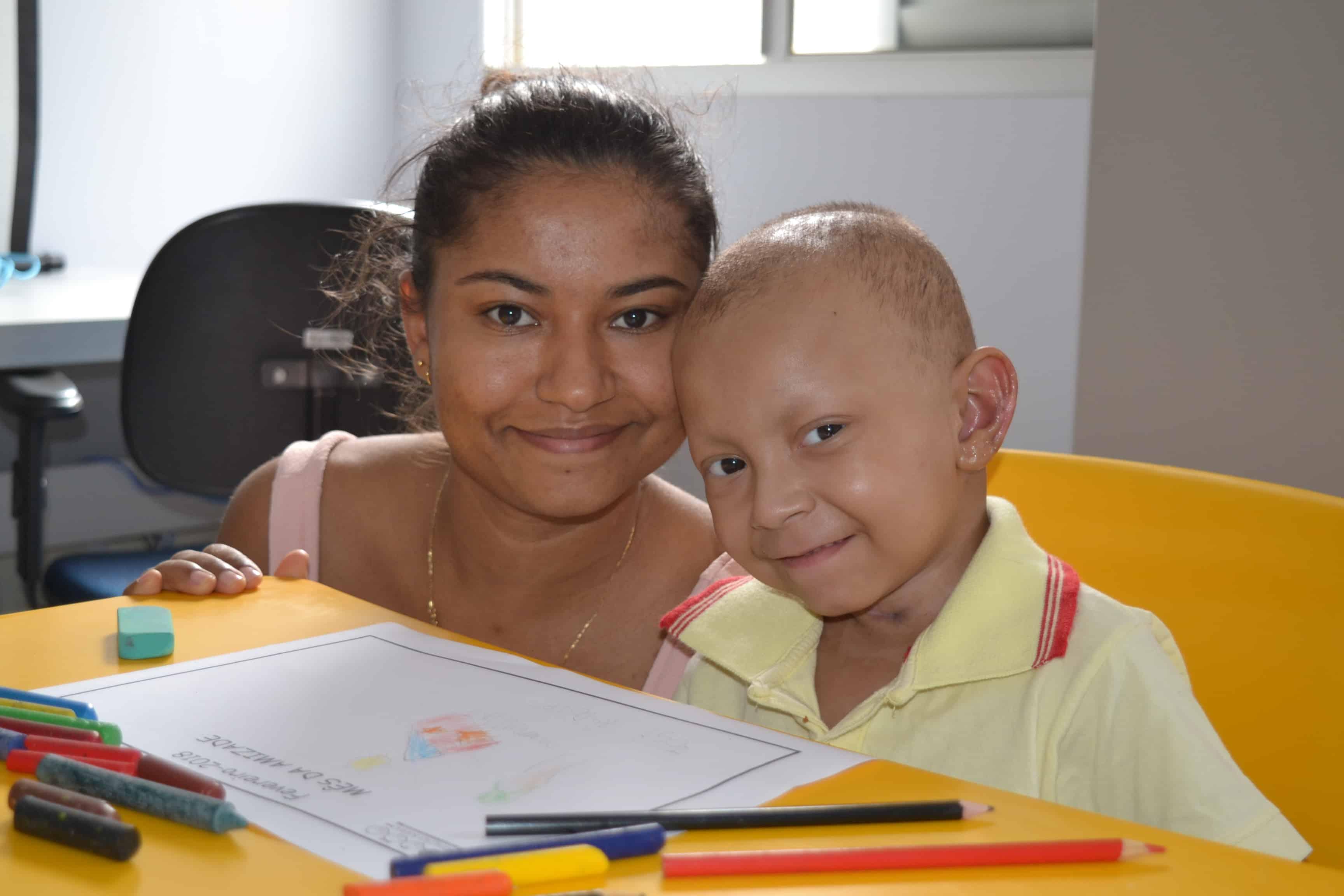 José Rodolfo, ao lado da mãe, Andreza, durante momento de atividade pedagógica na Fundação Sara.