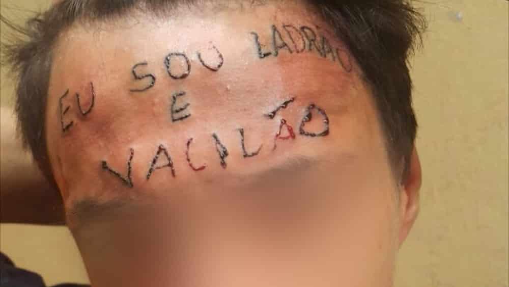 Jovem teve testa tatuada após tentar furtar bicicleta em 2017. (Foto: Reprodução)