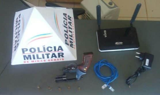 Arma e modem apreendidos com o suspeito - Foto: Divulgação Polícia Militar