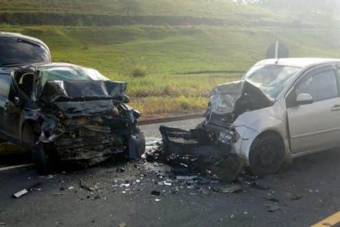 Um instrutor de autoescola, que apresentava sinais de embriaguez, invadiu a contramão e bateu de frente com outro carro