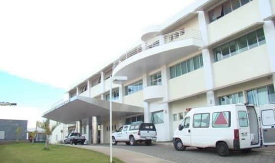 O menino foi examinado por médicos no Hospital Universitário Clemente de Farias, que acionaram o Conselho Tutelar; a Polícia Militar também registrou ocorrência.