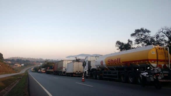 Mesmo com acordo, protesto de caminhoneiros continua nesta manhã de sexta-feira