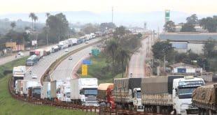 stradas federais estão bloqueadas em 554 pontos por caminhoneiros manifestantes | Foto: Denilton Dias