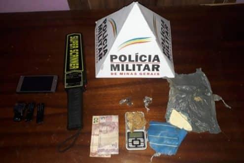 Uma jovem de 20 anos foi presa, com microcelulares, um detector de metal, drogas e balança de precisão em Brasília de Minas, no Norte de Minas.