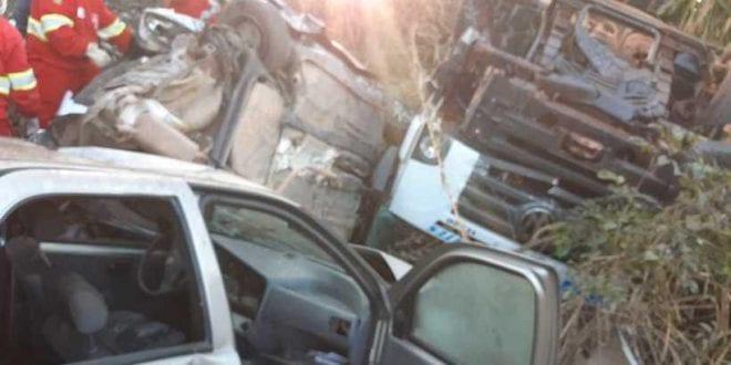 Policiais morrem em acidente com três carros e uma carreta na BR-262 em Minas Gerais