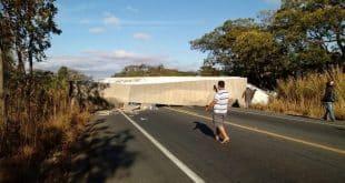 Caminhão carregado de porcelanato tomba na BR-135 no Norte de Minas
