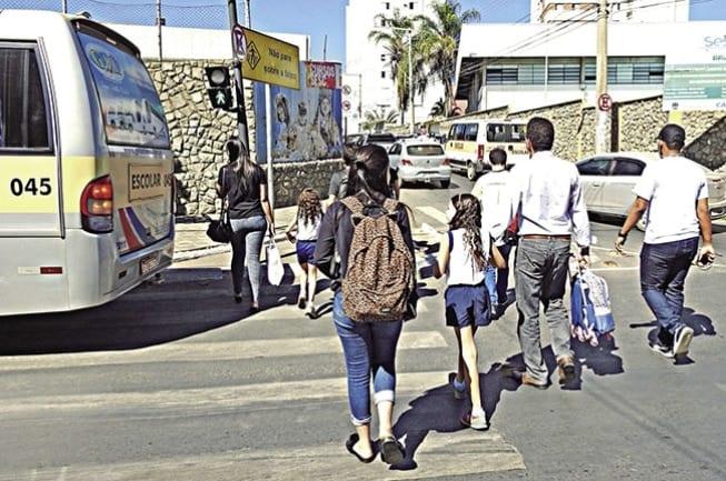 PERIGO – Sem sinalização, alunos estarão expostos a riscos de acidentes durante travessia