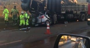 Acidente entre carro e caminhão deixa três mortos na BR-040
