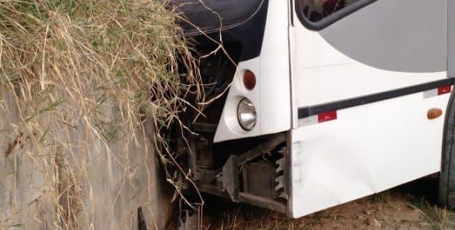 Motorista perdeu o controle da direção e o veículo se chocou contra um muro