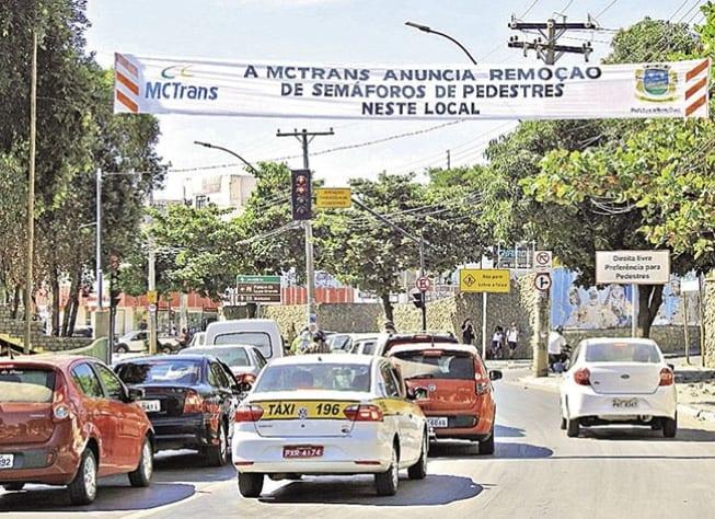 Aviso da MCTrans gerou indignação entre pais e funcionários, que prometem fazer abaixo-assinado para manter sinalização
