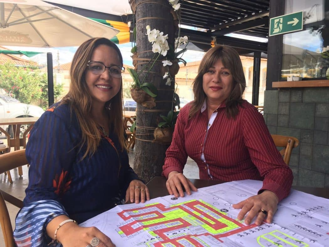 Patrícia Mendes e Cléia Paulino na escolha do estande para a Fenics - Foto:  Solon Queiroz