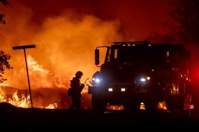 Ao todo, quatro mil bombeiros trabalham para conter os focos do incêndio