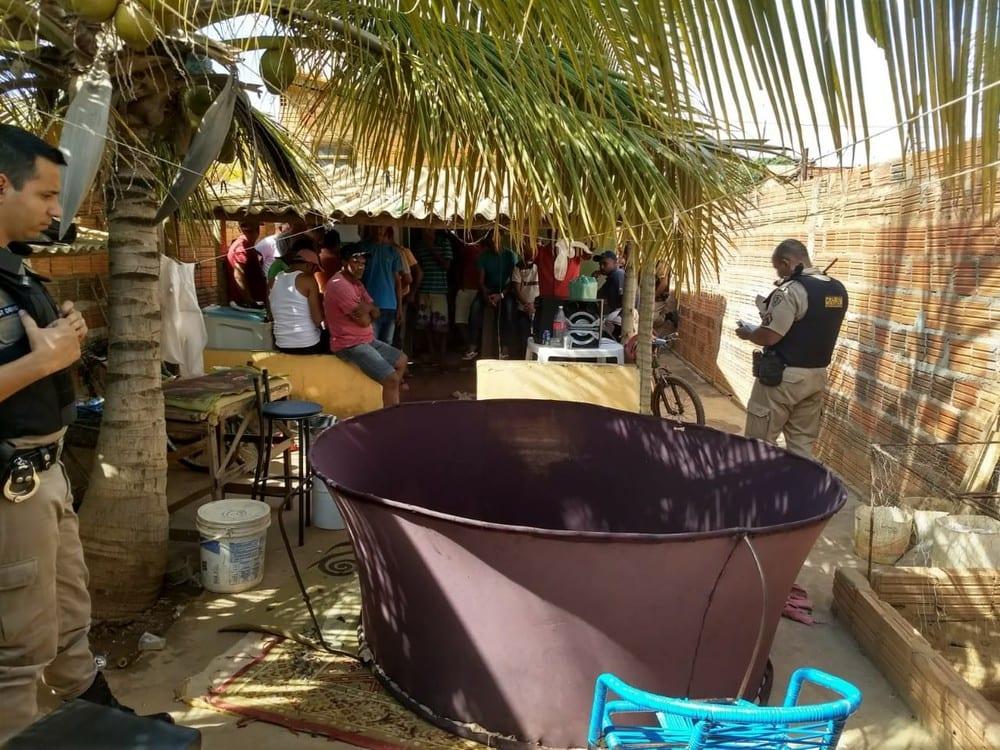 Grupo de pessoas são presas por participarem de rinha de galo, em Janaúba