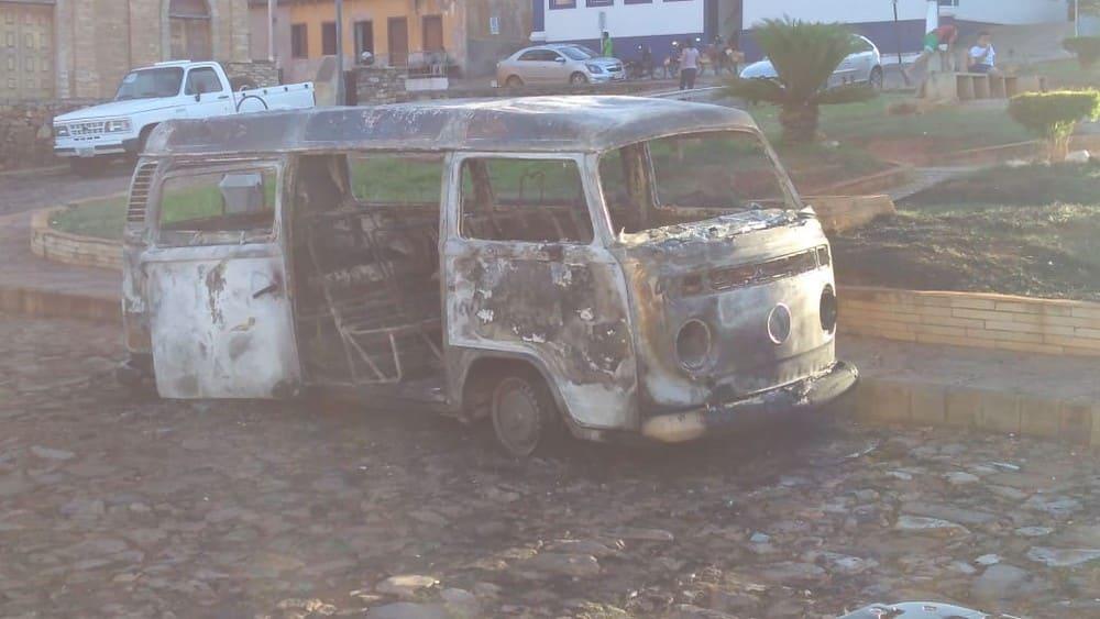 Veículo foi completamente destruído pelo fogo — Foto: Paulo Afonso Costa/ Arquivo pessoal