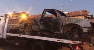 Durante as buscas por parte da Polícia Militar, os mesmos encontraram o carro incendiado no Bairro Monte Sião - Foto: Guilherme Versiani