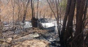 Carro pegou fogo e duas pessoas morreram — Foto: Corpo de Bombeiros/Divulgação