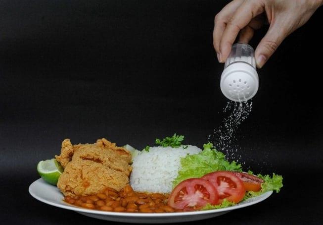 Pessoas que consomem muito sal podem estar doentes sem saber, mostra pesquisa da UFMG
