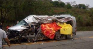 Batida entre van e carreta deixa seis mortos e dez feridos na BR-381, em Minas Gerais