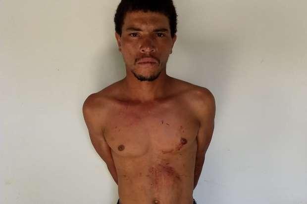 Homem foi encaminhado para a Delegacia de Almenara, junto com a faca usada no crime